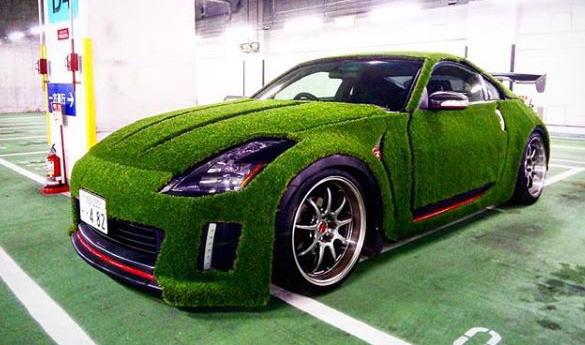 Nissan 350Z prekriven veštačkom travom