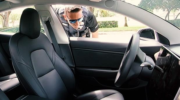 Policajac i Tesla