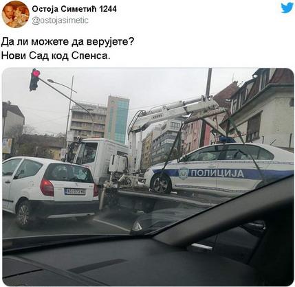 Pauk odneo policijsko vozilo