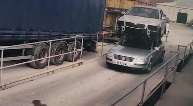 Vozio automobil s drugim automobilom na krovu