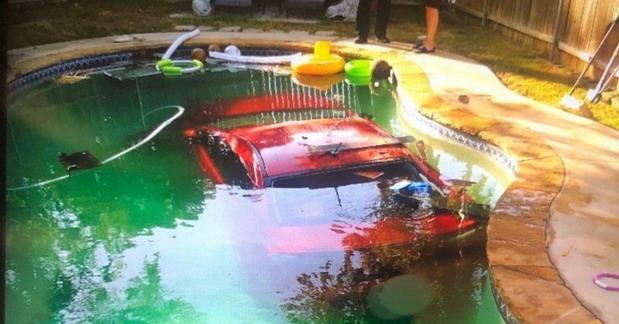 Auto u bazenu