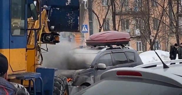 Ovako Rusi gase auto u plamenu