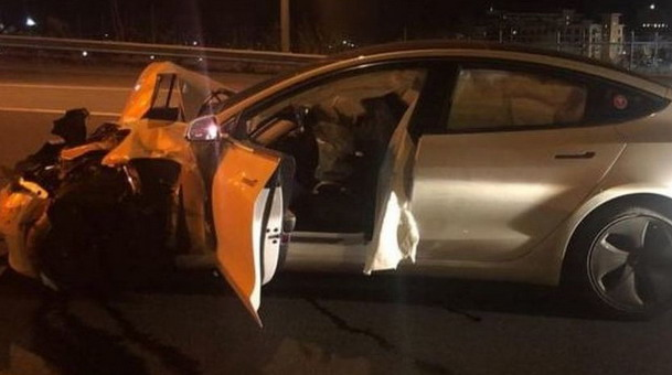 Teslin Model 3 udario u policijski automobil