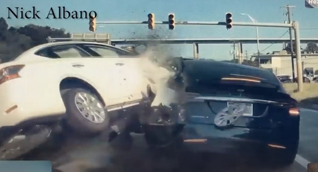 Tesla Nissan sudar