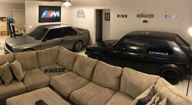 Auto u dnevnoj sobi